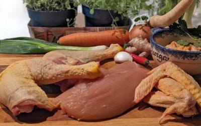 Zerlegtes Label Rouge-Hähnchen mit Gemüse und Kräutern