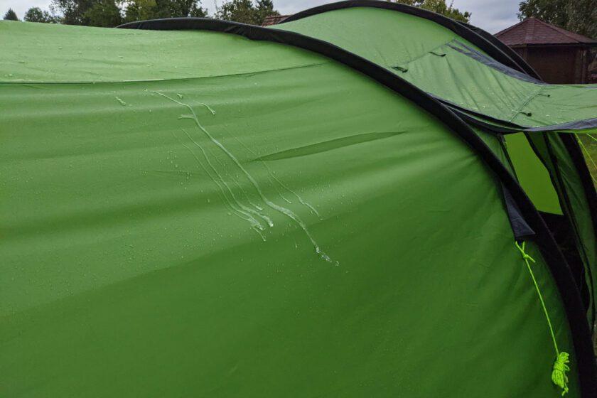 Regenwasser auf Zelt
