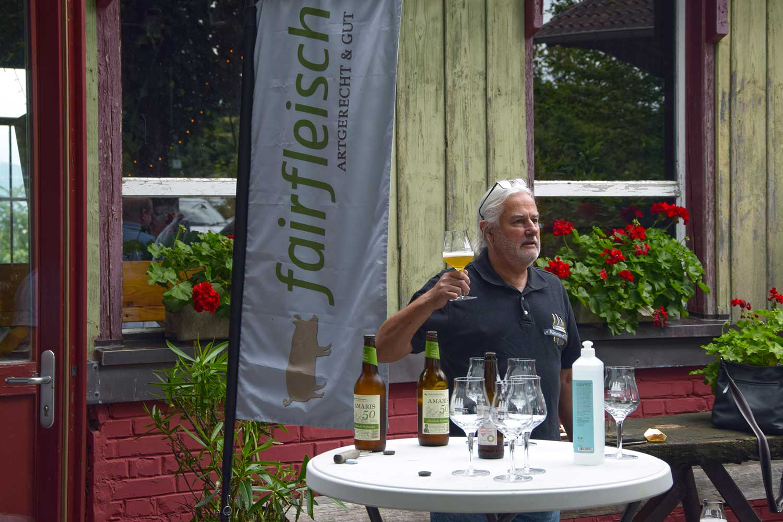 Biersommelier Willi Heine vor Fairfleisch-Seminarraum